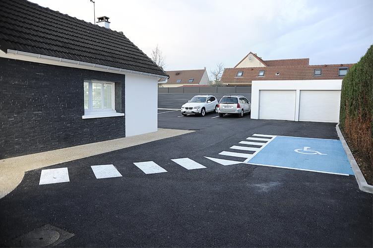 Parking privé du cabinet dentaire Elias à Osny